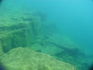 湖底の岩壁