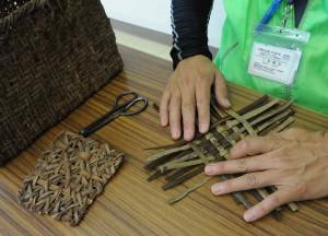 樹皮を編む