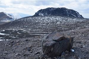 樽前山ドームと火山弾