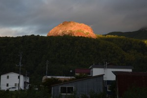 朝焼けの新山ドーム